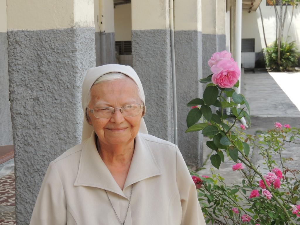 Irma Dorotea (81 jaar) Verantwoordelijk voor de schoonmaak en het eten. Lerares handwerken